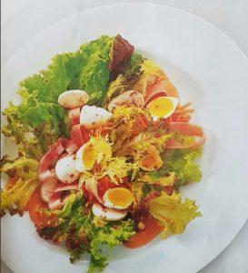 Receta de Ensalada fresca con verdes y huevos